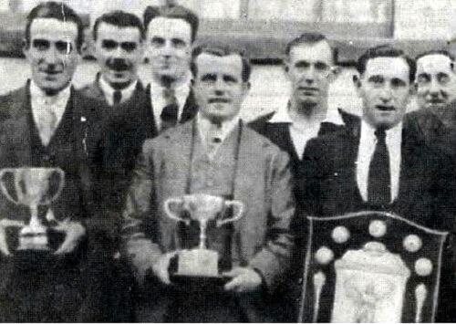 Frank Sumsion (1898 - 1960) centre was Captain of the Horseshoe skittle team, photo about 1935